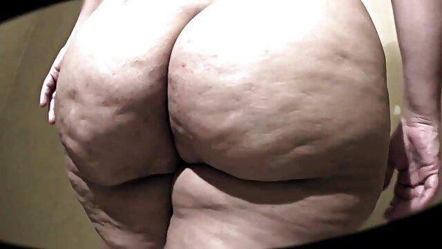 सुंदर कुतिया ने चैट में उसके नग्न शरीर इंग्लिश मूवी सेक्सी को दिखाया