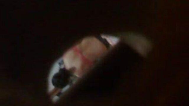 एक युवती फर्श पर हस्तमैथुन हिंदी इंग्लिश सेक्सी मूवी करते हुए पैर फैलाती है