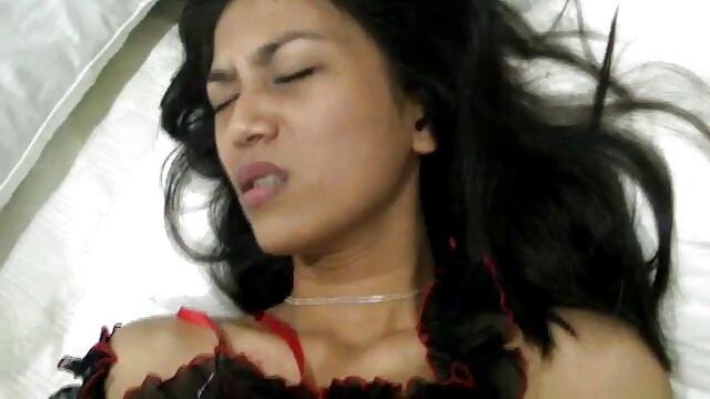 आकर्षक च्लोए में एक शॉवर का आनंद मिलता इंग्लिश सेक्स मूवी फिल्म है
