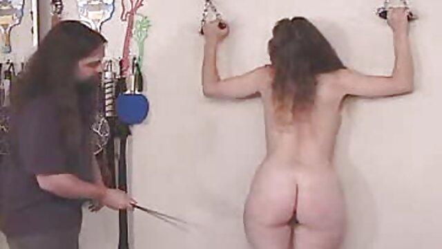 एक आदमी एक लंबे समय इंग्लिश सेक्सी वीडियो मूवी तक डिक पर एक फ्लैट chested गोरा धक्का देता है