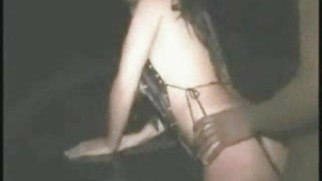गोरा एक काले आदमी से प्यार करता है और सेक्सी इंग्लिश मूवी वीडियो एक चाट देता है