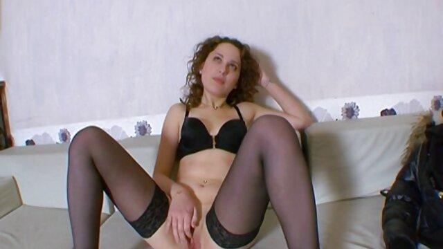 बड़े स्तन वाली इंग्लिश मूवी सेक्सी लड़की और उसकी पीठ पर एक टैटू ने एक मुलतो दी